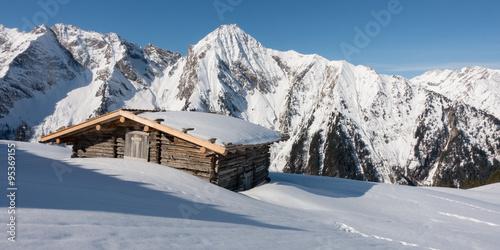 Naklejki na meble Zimowa panorama z chatą narciarską i górą