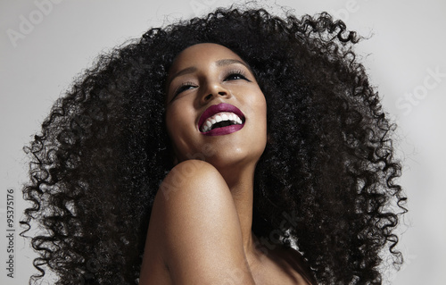 laughing woman with afro hair Fototapet