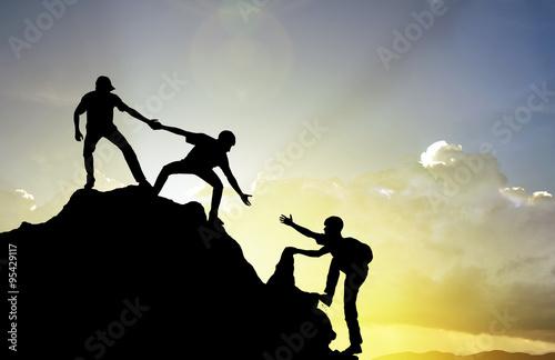 Láminas  Escalada ayudando trabajo en equipo, el concepto de éxito