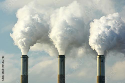 Foto Mehrfache Kohle-Fossil-Brennstoff-Kraftwerk-Schornsteine emittieren Kohlendiox