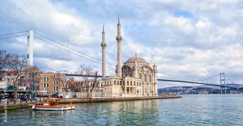 Poster Turquie Ortakoy mosque and Bosporus bridge on European side in Istanbul, Turkey