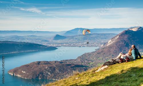 Piste envol de parapente au dessus du lac d'Annecy