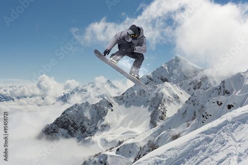 Flying snowboarder on mountains Fototapet