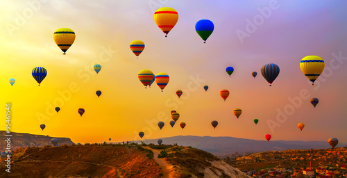 Valokuva Hot air balloon flying mountain valley Göreme National Park and the Rock Sites o
