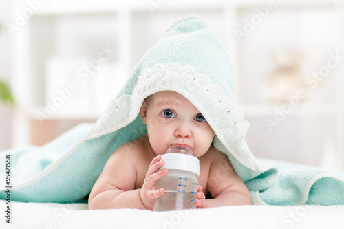 Fototapeta adorable child baby drinking water from bottle obraz