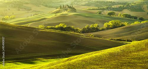 toskanska-willa-posrod-zielonych-pol