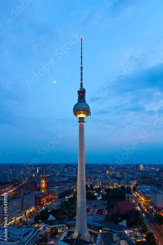 In de dag Berlijn Fernsehturm am Abend
