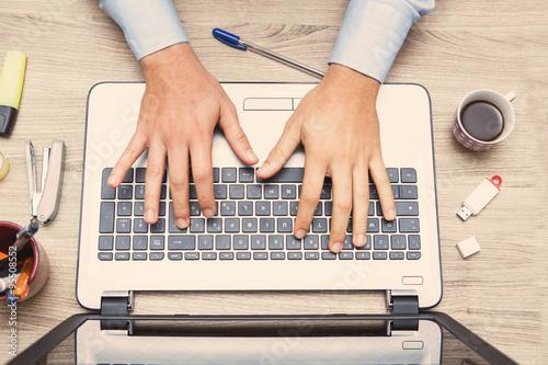 Fotografie, Obraz  mani di uomo al alvoro sulla tastiera di un notebook informatico