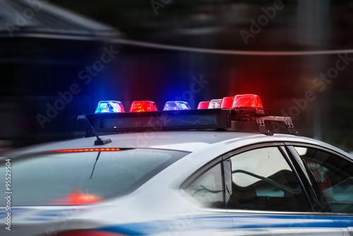 Fotografía  Un coche de policía se apresura a la llamada de emergencia con las luces encendi