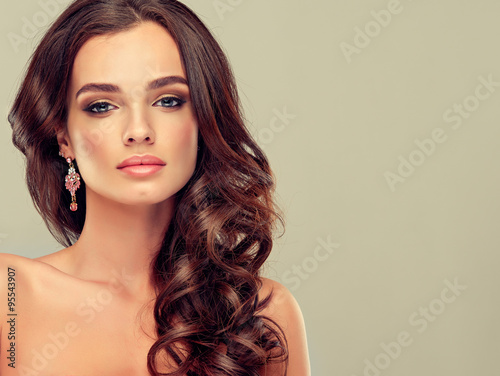 Photo  Beautiful girl light brown hair with an elegant hairstyle , hair wave ,curly hai