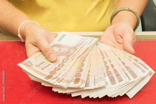 Valokuvatapetti Hand hold the money