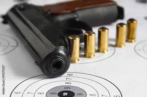 Fototapeta Пистолет с патронами. obraz na płótnie