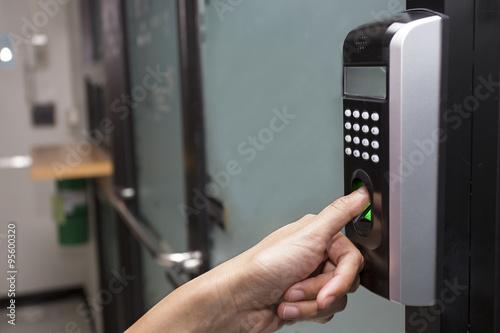 Fotografía  fingerprint and password lock in a office building