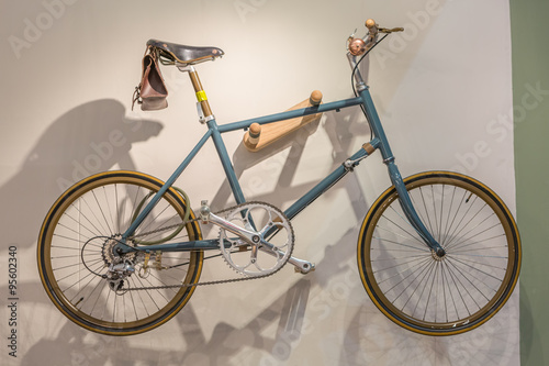In de dag Fiets Bicycle hanged on wall