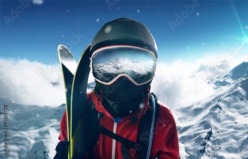 Photo  Skier in front of mountain landscape