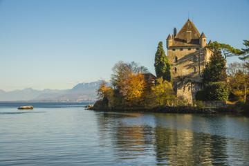 Fototapeta na wymiar Château d'Yvoire au Lac Léman/château au bord de l'eau