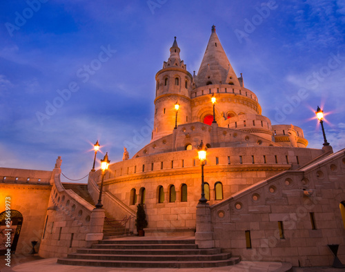 Photo Fisherman bastion at blue hour, historic architecture of Budapest in Hungary