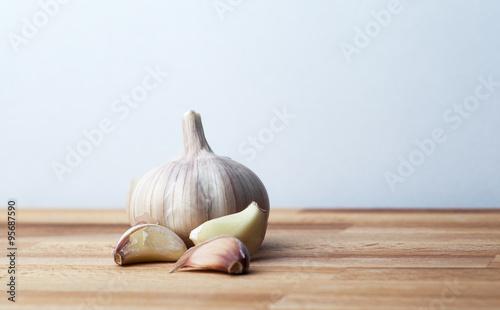 Photo  garlic on a wooden board
