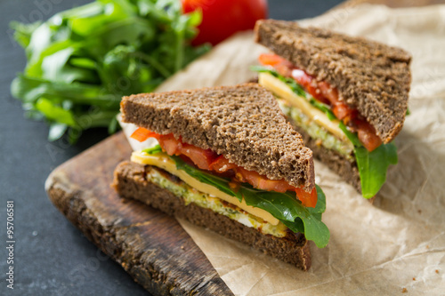 Staande foto Snack Vegan sandwich with salad and cheese