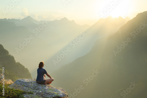 Платно  Woman relaxing en enjoying the summer sunset in the mountains.