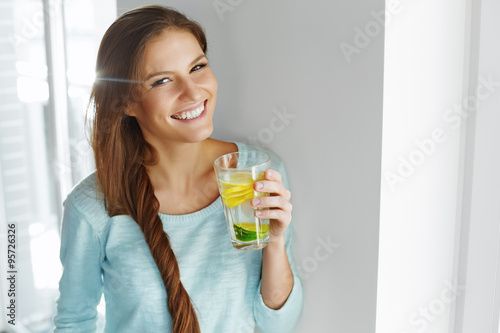 Fotomural Healthy Lifestyle And Food. Woman Drinking Fruit Water. Detox.
