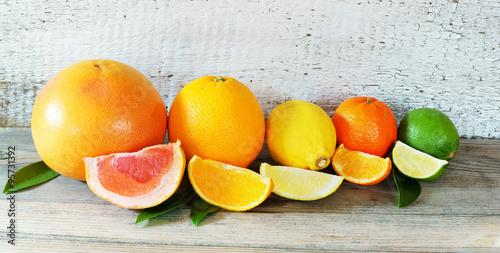 Fotografie, Obraz  Südfrüchte / Zitrusfrüchte auf Holz, Panorama, hochauflösend