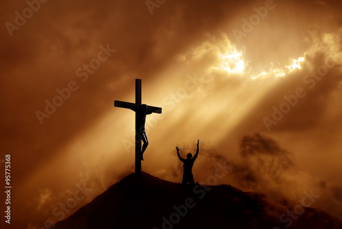 Photo Dramatic sky scenery with a mountain cross and a worshiper