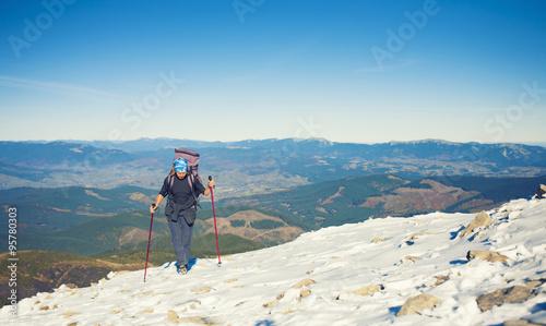 Papiers peints Arctique She travels through the mountains.