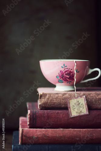 Foto op Plexiglas Retro Vintage teacup on stack of old books