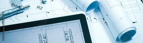 Valokuva  Maschinenbau - Konstruktion, Zeichnungsrollen und Tablet-PC, Banner Format