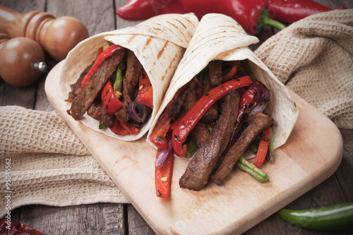 Foto  Mexican fajitas in tortilla wrap