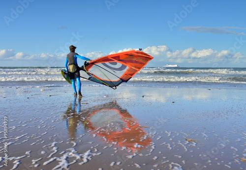 fototapeta na lodówkę windsurfeur se mettant à l'eau