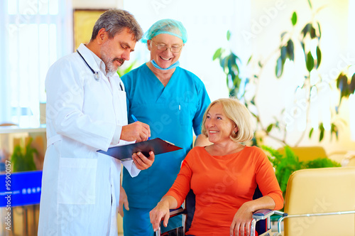 Fotografía  happy doctor and surgeon consulting patient about treatment before discharging f