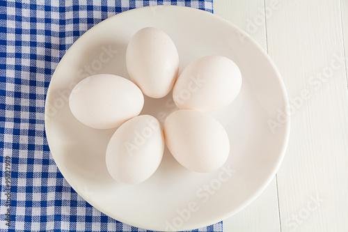 Fototapety, obrazy: Rohe Eier liegen auf einem Teller