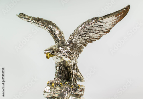 Obraz srebrny posąg orła na białym tle - fototapety do salonu