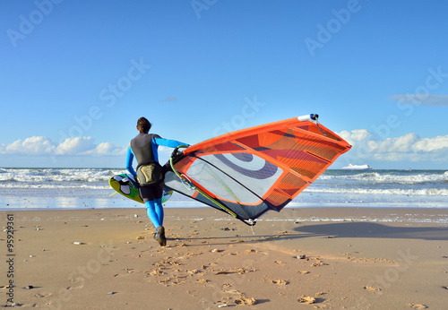 fototapeta na lodówkę surfeur se mettant à l'eau
