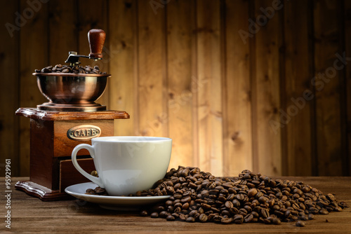 Foto op Plexiglas koffiebar still life with coffee beans and old coffee mill on the wooden background