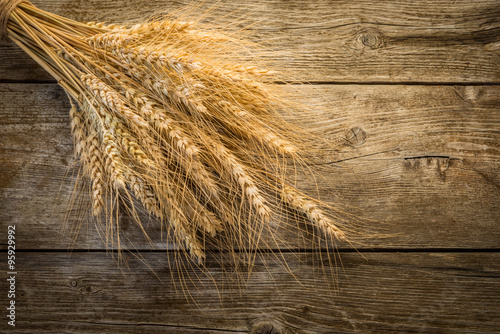 Fotografia  wheat on the wooden background
