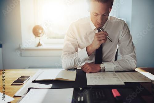 Fotografía  Hombre de negocios serio que trabaja en los documentos