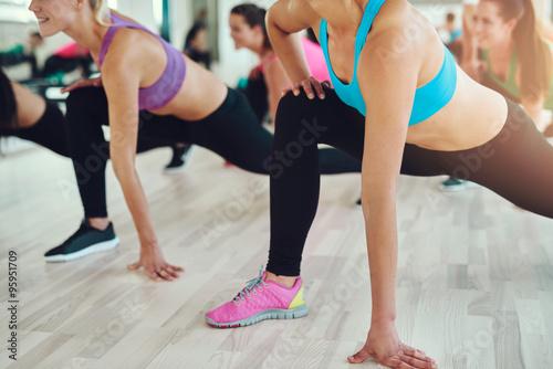 Sprawne i zdrowe kobiety w klasie fitness