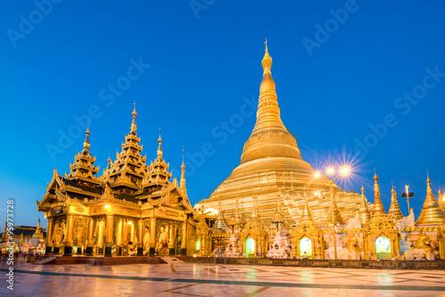 Photo  Yangon, Myanmar view of Shwedagon Pagoda at dusk.