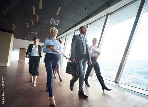 Foto  business people group walking