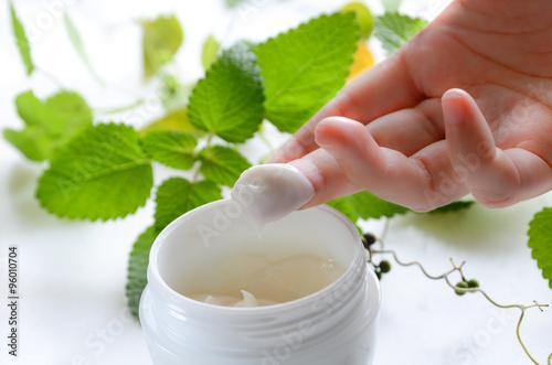 Fotografía  moisturizer cream for skin care with herbs in white backround
