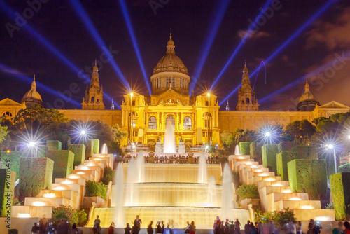 oswietlone-narodowe-muzeum-sztuki-katalonskiej-w-nocy