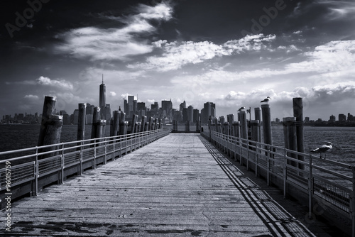 Foto auf Acrylglas Bestsellers New York City Skyline from Pier on Liberty Island