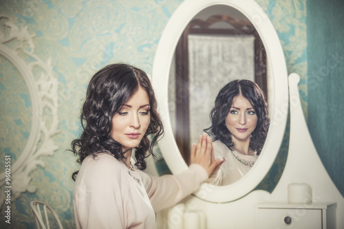 Fotografía  Hermosa mujer en el espejo refleja las sonrisas mágicamente