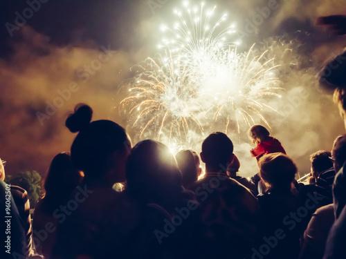 Fotografia  Crowd wathcing fireworks