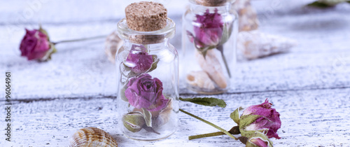 Motiv-Klemmrollo - Small glass bottle filled dry roses and seashells (von julia_arda)