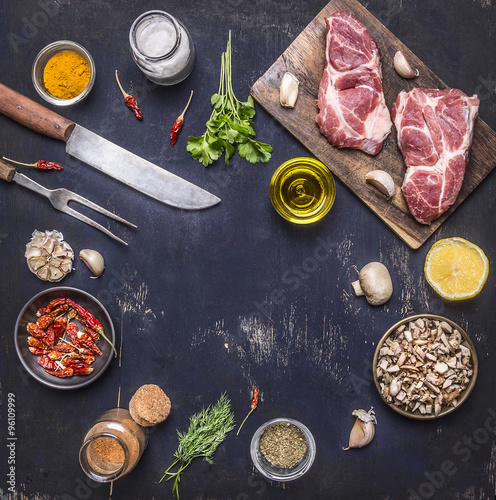 Fotografía  ingredients for cooking pork steak seasoning, oils, knife and fork place for tex