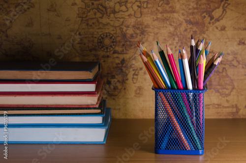 Fotografía  Caja de lápiz de color sobre la mesa de madera